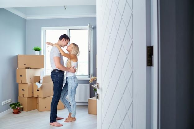 Giovani coppie con le chiavi in nuove abitazioni