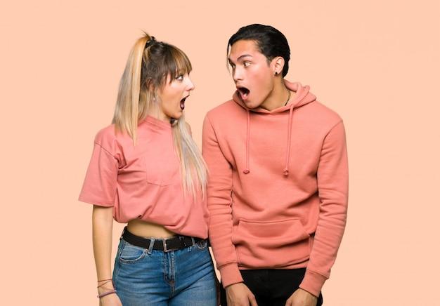 Giovane coppia con sorpresa e scioccata espressione facciale