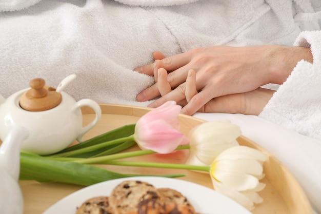 Coppia giovane con gustosa colazione a letto a casa