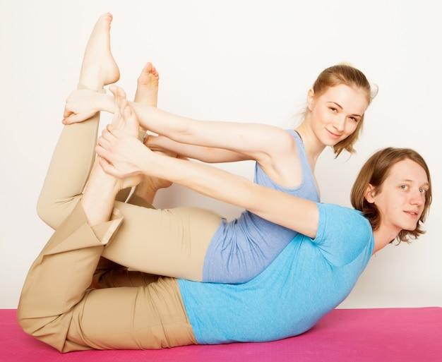 Giovani coppie nella posa di yoga