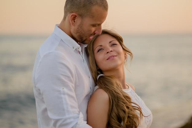 Giovani coppie che si abbracciano romanticamente all'aperto il giorno di san valentino