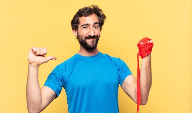 Espressione felice del giovane atleta barbuto pazzo