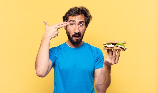 Giovane pazzo atleta barbuto espressione triste e concetto di dieta