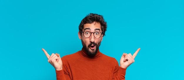 Giovane uomo barbuto pazzo. celebrare un trionfo come un vincitore. copia il concetto di spazio