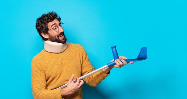 Giovane uomo barbuto pazzo che soffre di dolore. bordo incidente