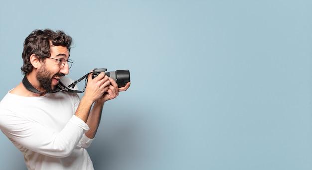 Giovane barbuto pazzo fotografo uomo