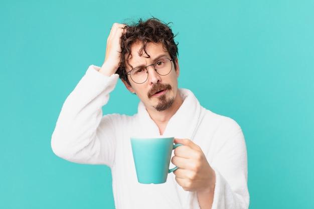 Giovane pazzo che beve un caffè