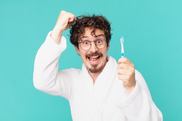 Giovane pazzo con uno spazzolino da denti