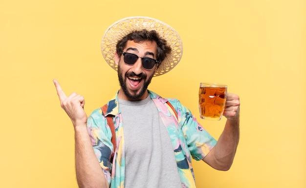 Uomo giovane viaggiatore pazzo che celebra con successo una vittoria