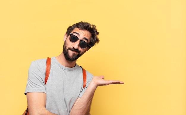 Giovane viaggiatore pazzo che dubita o esprime un'espressione incerta