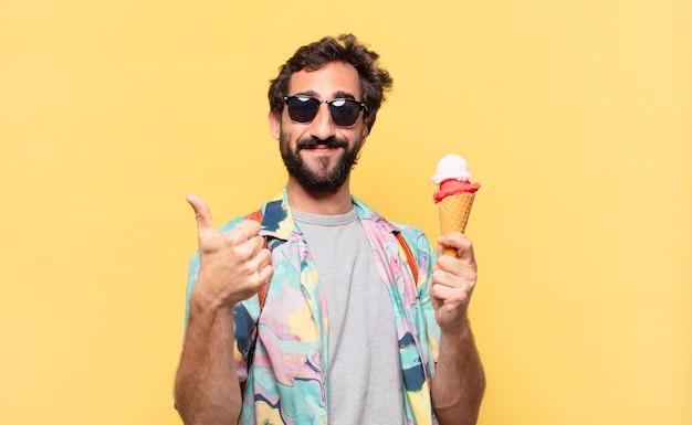 Espressione felice dell'uomo giovane viaggiatore pazzo e che tiene un gelato