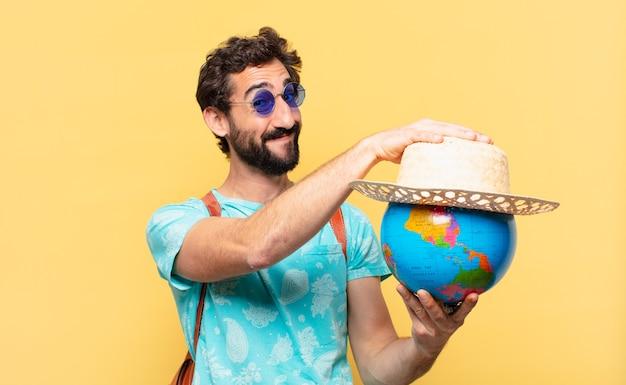 Espressione felice dell'uomo giovane viaggiatore pazzo