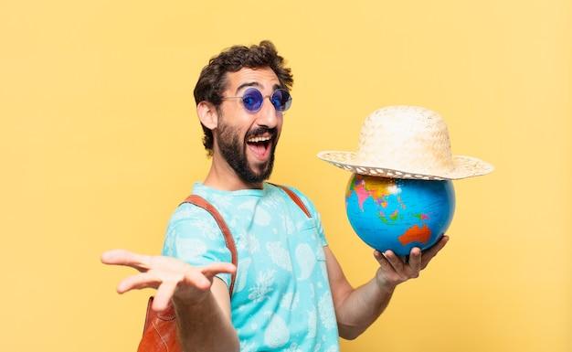 Giovane viaggiatore pazzo uomo espressione sorpresa