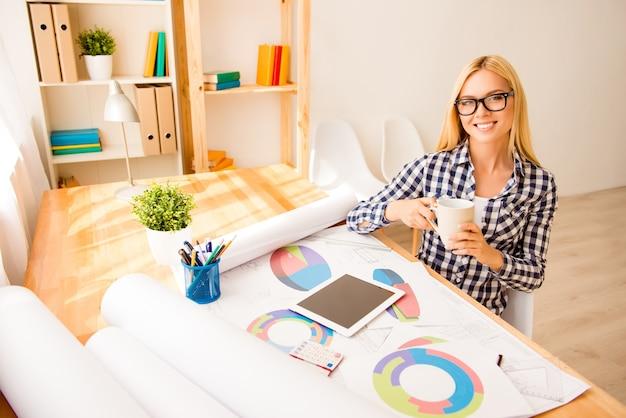 Giovane designer creativo avendo pausa e bere caffè
