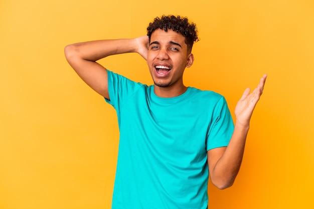 Giovane uomo riccio isolato urlando di rabbia
