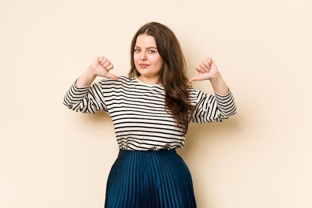 La giovane donna curvy si sente orgogliosa e sicura di sé, esempio da seguire.
