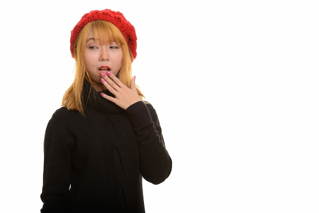 Giovane donna asiatica carina che copre la bocca che sembra scioccata