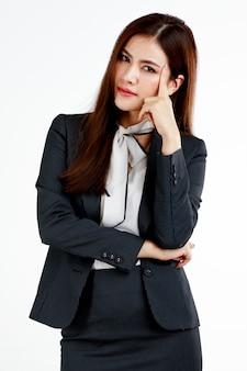 Giovane e carina imprenditrice posa nel gesto di pensiero usando la testa del tocco delle dita.