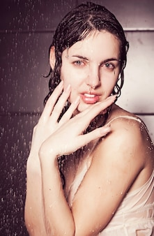Giovane donna riccia carina con acqua