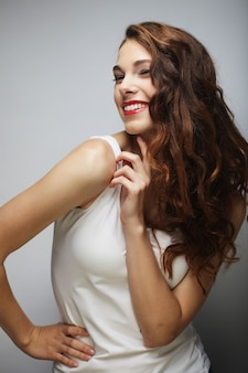 Giovane ragazza bionda sorridente carina, foto in studio