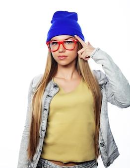 Giovane ragazza carina sorridente hipster su sfondo bianco
