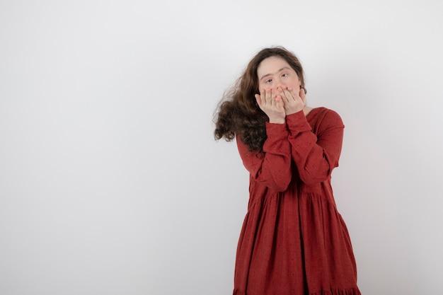 Giovane donna carina con sindrome di down in piedi e in posa.