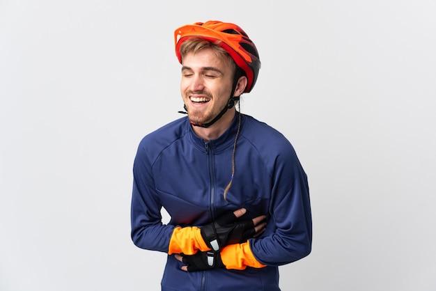 Uomo biondo del giovane ciclista isolato che sorride molto