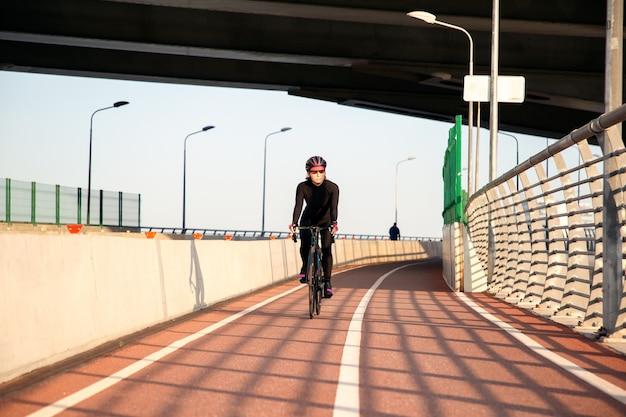 Giovane ciclista duro allenamento serale