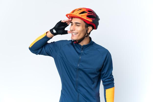 Uomo giovane ciclista isolato su sfondo sorridente molto