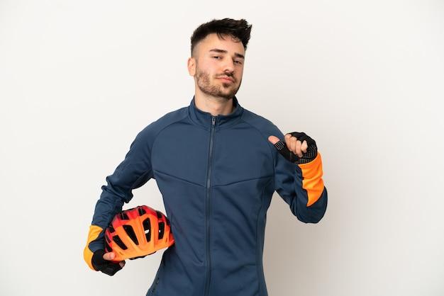 Uomo giovane ciclista isolato su sfondo bianco orgoglioso e soddisfatto di sé