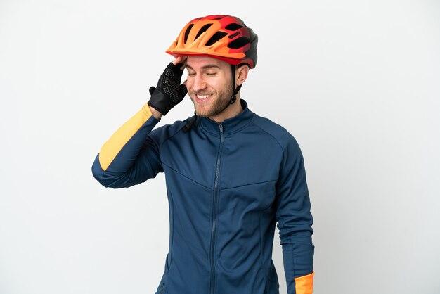 Uomo giovane ciclista isolato su sfondo bianco sorridente molto
