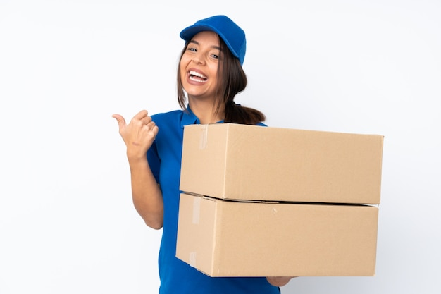 Giovane ragazza castana di consegna sopra fondo bianco isolato con il pollice in su gesto e sorridente