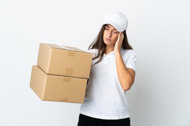 Giovane donna delle consegne su sfondo bianco isolato con mal di testa