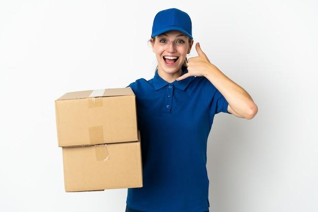 Giovane donna di consegna isolata su bianco che fa gesto del telefono. richiamami segno