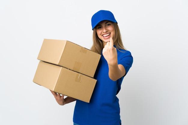 Giovane donna di consegna sopra la parete bianca isolata che fa gesto venente