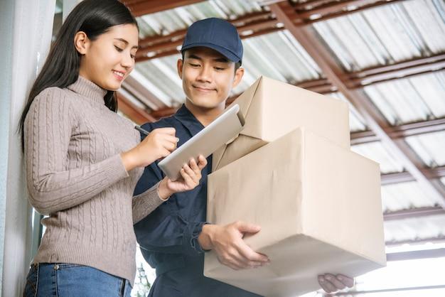 Giovane fattorino spedizione pacco merci al destinatario