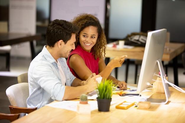 Giovane designer che offre alcune nuove idee sul progetto ai suoi partner nella sala conferenze. gente di affari che discute sopra il nuovo progetto di affari nell'ufficio.