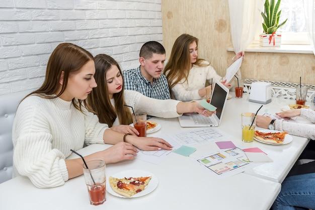 Giovani designer che guardano i documenti di un nuovo progetto