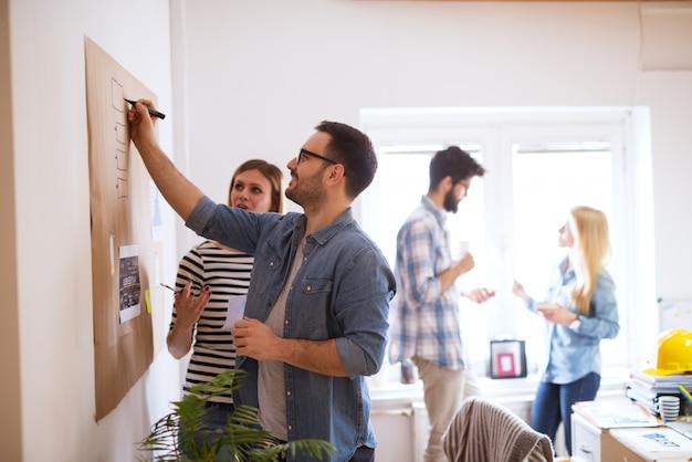 I giovani sviluppatori stanno elaborando il brainstorming di nuovi algoritmi su come ottimizzare il proprio software per gli utenti