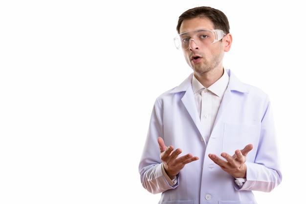 Giovane medico che dà discorso mentre indossa occhiali protettivi