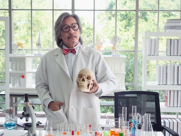 Giovane cranio della holding del medico in laboratorio