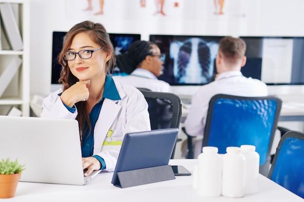 Giovane medico alla scrivania in ufficio