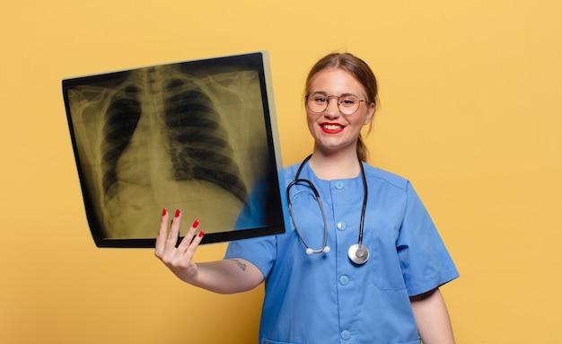 Giovane medico che mostra la scansione a raggi x