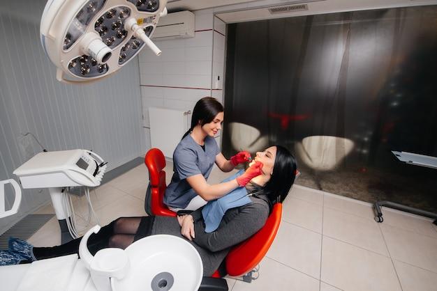 Un giovane medico cura i denti del suo paziente. odontoiatria