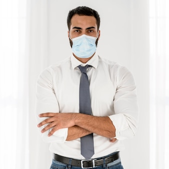 Giovane medico che indossa una maschera medica
