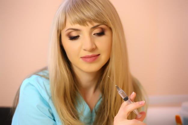 Giovane donna medico con la siringa