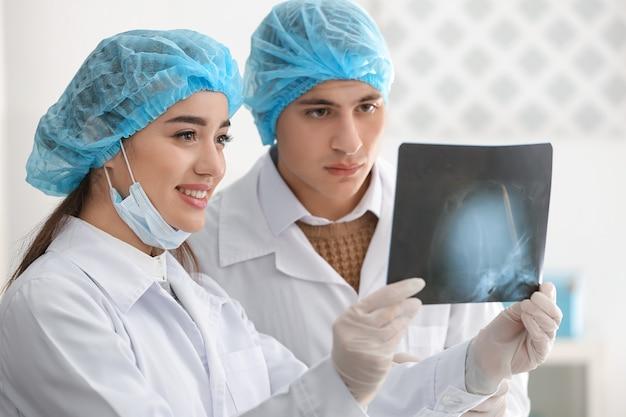 Giovani medici che studiano l'immagine a raggi x in clinica