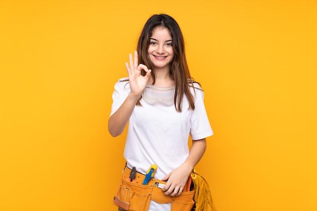 Giovane donna elettricista