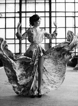 Giovane donna di eleganza con abito volante nella stanza del palazzo