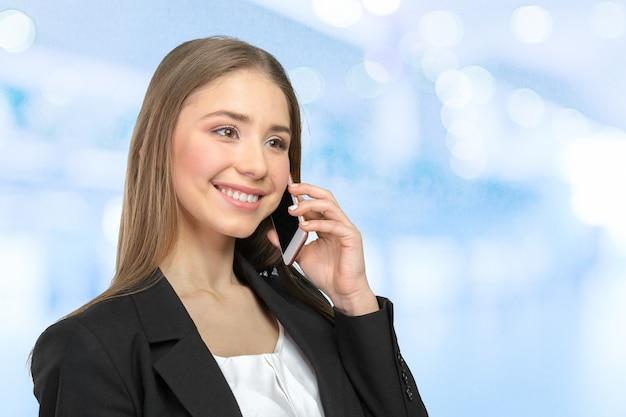 Giovane donna elegante che parla al cellulare